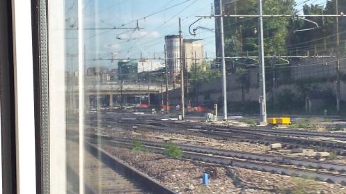 Várias linhas de trem. esse tipo de cenário me parece o mínimo que uma criação cyberpunk deve ter. Cinza, pedras, linhas de energia, ferro...