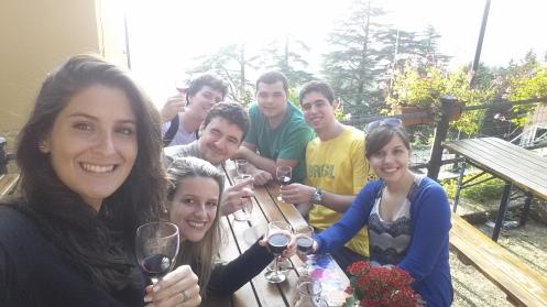 Dando a volta na mesa, a partir da esquerda: Anna, Derireè, Vitor, Eu, Gustavo, Leo e Nicole.