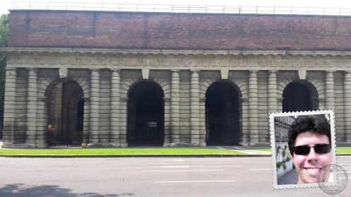 Primeira construção legal de Verona. Repare nos arcos.
