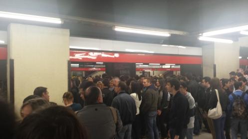 Metrô, estação Cadorna, indo para Lotto - Fieramilano city. Definitivamente LOTADA!