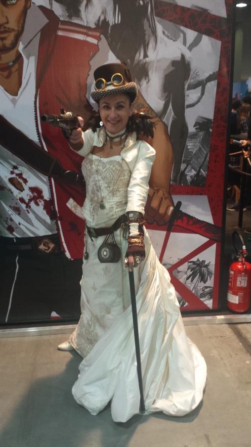 Atenção, senhoras e senhores. Vocês também podem fazer cosplays incríveis, como esta gentil e bela senhora :D