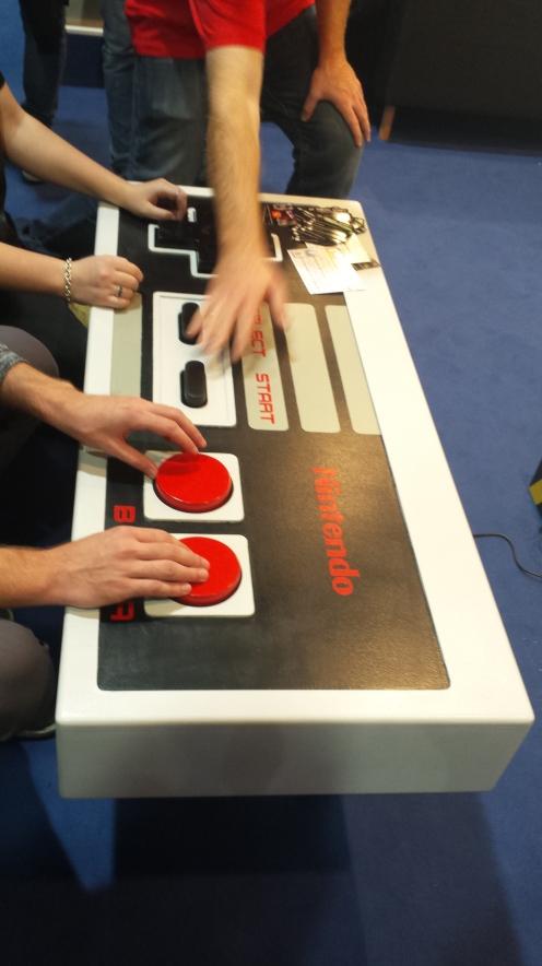 O controle. Desafio o pessoal da UTFPR a fazer um semelhante. Pra jogar o mesmo jogo. No mesmo console.
