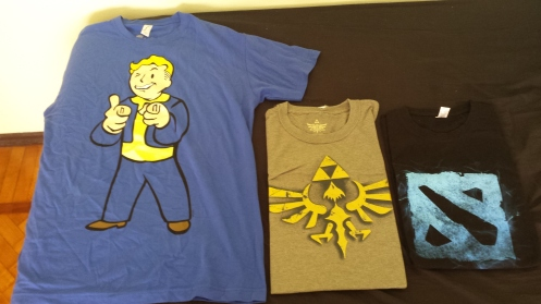 Camisetas novas - Sim, estou na cidade da moda e as primeiras roupas que compro são camisetas de jogo.