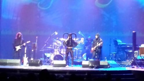 No palco, com o chapéu estranho, o vocalista. Não repare na calça.