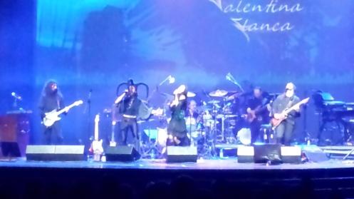 Foto geral com todos - inclusive com o baterista. No final, foram duas guitarras, uma bateria, um baixo e um dueto nos vocais. Belíssimo.