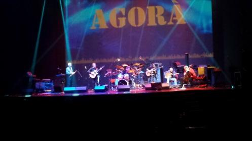Agorà! Uma flauta, dois violões, um baixo acústico, uma bateria e um violoncelo!