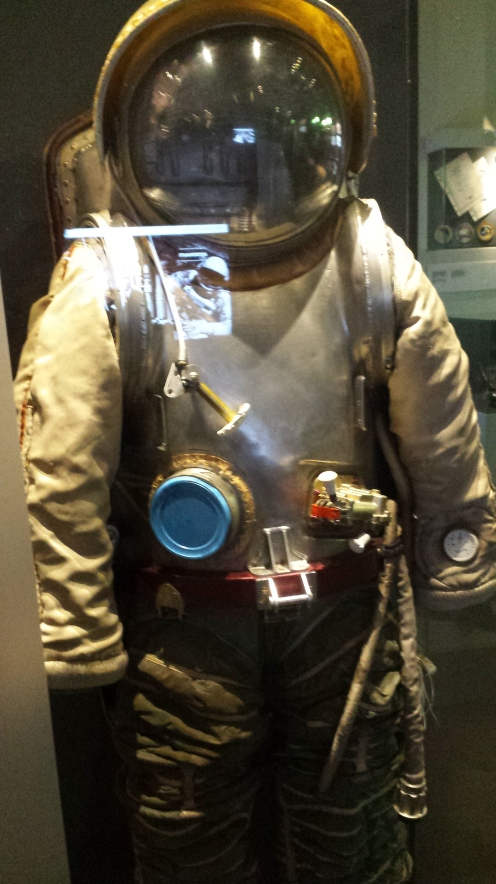 Enquanto os americanos chegavam na Lua, os russos colocavam armaduras nos astronautas...