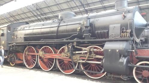Locomotivas a vapor. Repare no complexo sistema de transmissão.