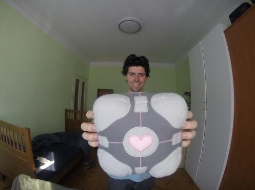 Meu companion cube disse que eu não fico ridículo nessa foto. E eu acredito nele.